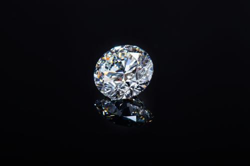 一克拉钻戒的颜色等级是H,那肉眼看钻石的颜色是黄色吗?这样的钻石值得买吗?