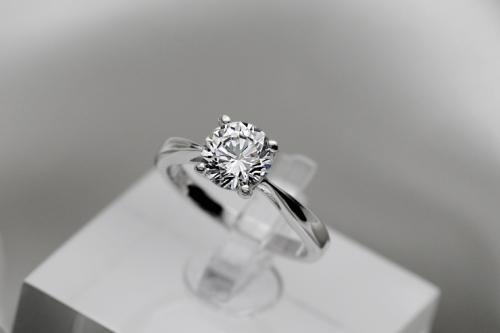 钻石戒指是什么金?  钻石戒指是什么材料